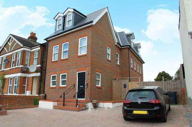 3 Bedrooms Flat for sale in Upper Sunbury Road, Hampton