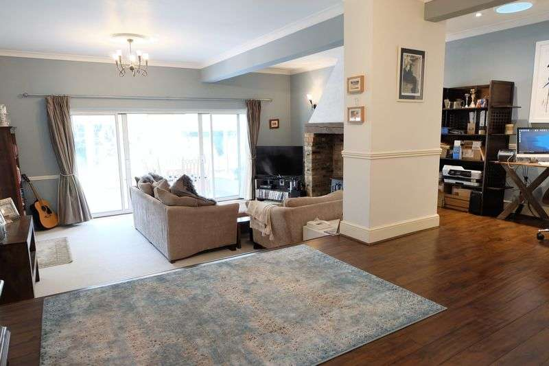4 Bedrooms Detached Bungalow for sale in St. James Way, Sidcup
