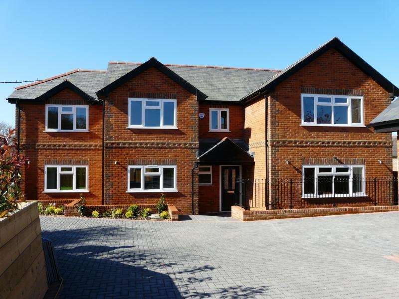 4 Bedrooms Detached House for sale in Upper Eddington, Hungerford