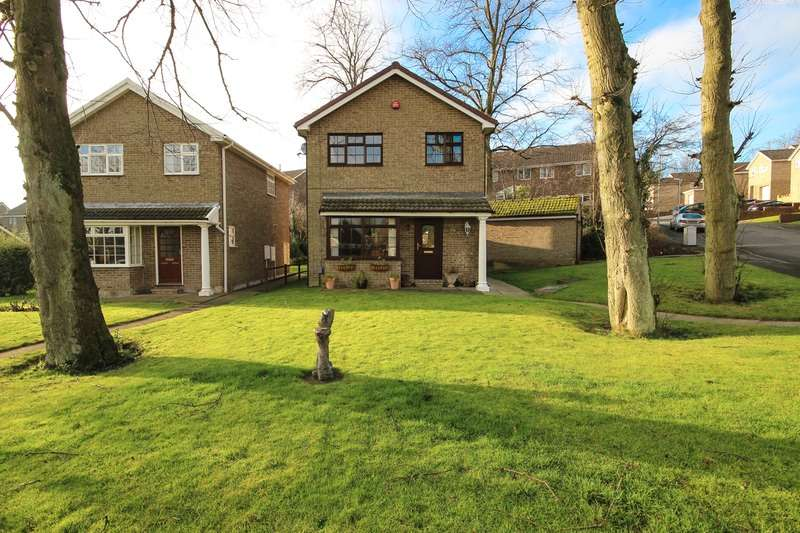 3 Bedrooms Detached House for sale in Kirkwood Drive, Huddersfield, West Yorkshire, HD3