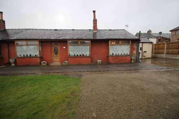 2 Bedrooms Semi Detached Bungalow for sale in Hillcroft Chapel Hill, Preston, Lancashire, PR3 3JY
