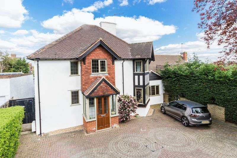 4 Bedrooms Detached House for sale in Roebuck Lane, Buckhurst Hill