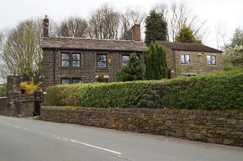 4 Bedrooms Detached House for sale in Church Road, Uppermill OL3