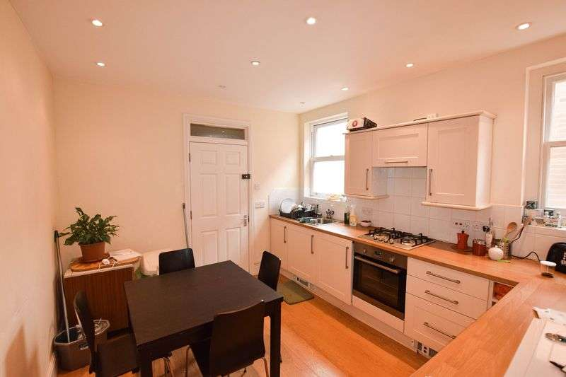 2 Bedrooms Flat for sale in High Street, Camberley
