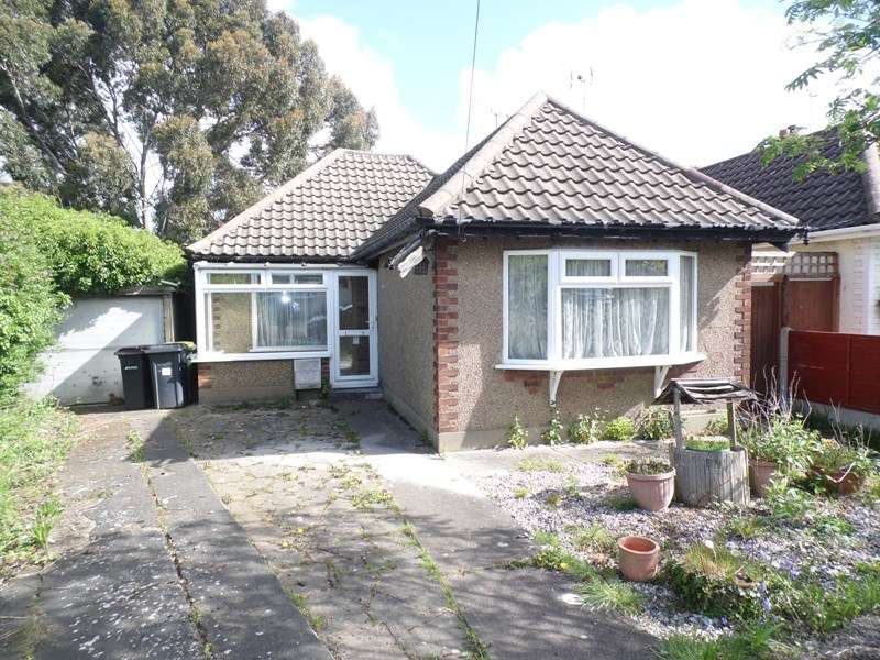 2 Bedrooms Bungalow for sale in Philbrick Crescent, Rayleigh