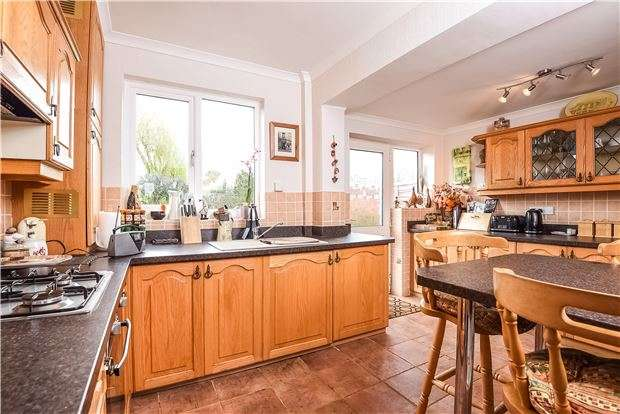 3 Bedrooms Semi Detached House for sale in Carolina Road, THORNTON HEATH, Surrey, CR7 8DT