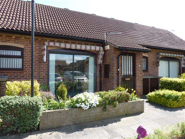 1 Bedroom Bungalow for sale in QUEENS COURT, CAMBRIDGE PARK, GRIMSBY