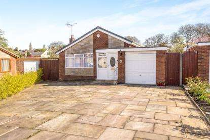 3 Bedrooms Bungalow for sale in Ennerdale Close, Leyland, .