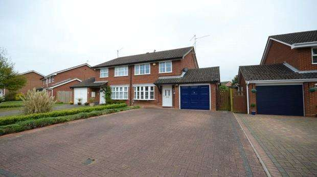 3 Bedrooms Semi Detached House for sale in Hawker Way, Woodley, Reading
