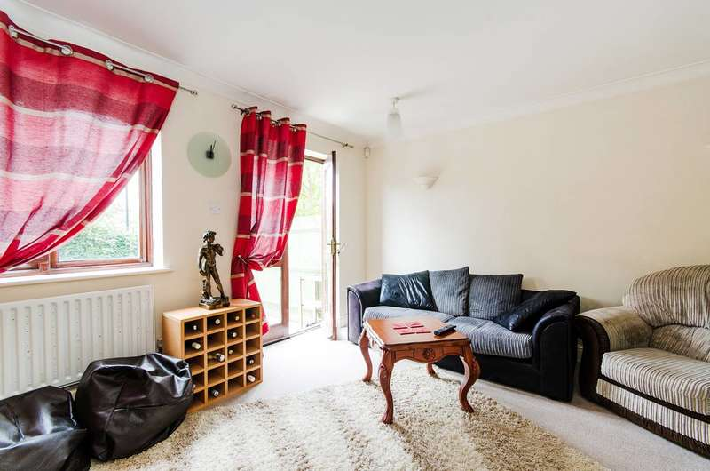 2 Bedrooms House for sale in Harwood Close, Wembley, HA0