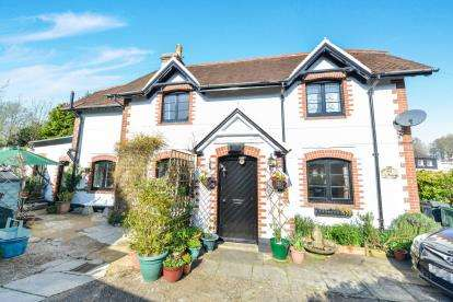 3 Bedrooms Detached House for sale in Newport, Isle Of Wight