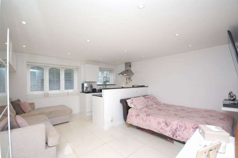1 Bedroom Flat for sale in Church Street, Rickmansworth, WD3 1JA