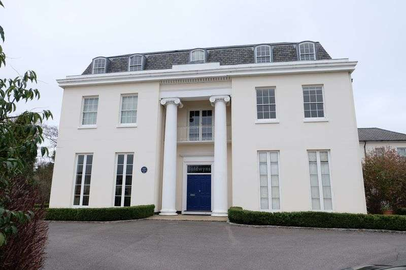 2 Bedrooms Flat for sale in Calvert Drive, Dartford