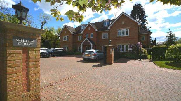 2 Bedrooms Apartment Flat for sale in Oval Way, Gerrards Cross
