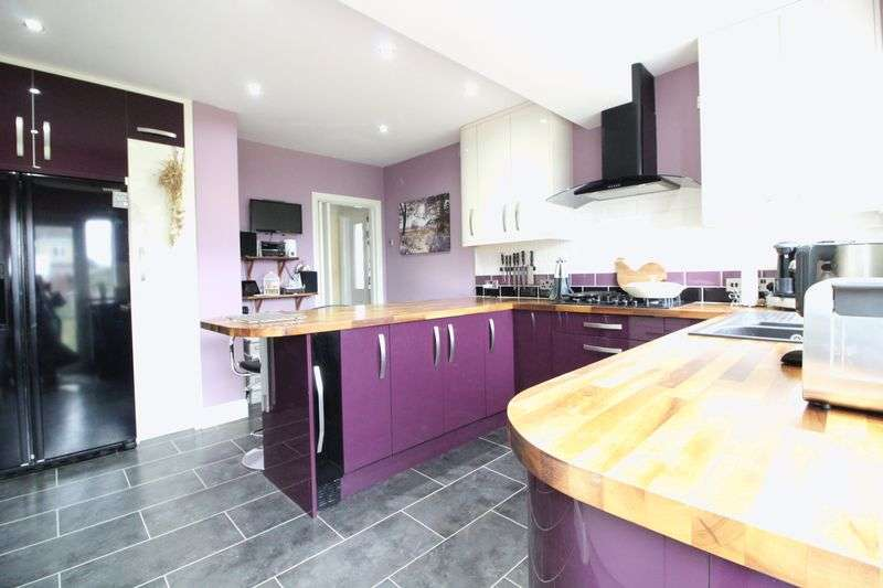 4 Bedrooms Detached House for sale in Stunning Four Double Bedroom Detached in Icknield