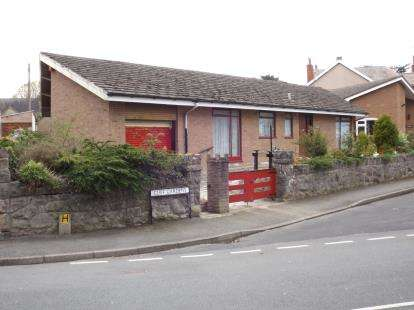 3 Bedrooms Bungalow for sale in Cliff Gardens, Old Colwyn, Colwyn Bay, Conwy, LL29