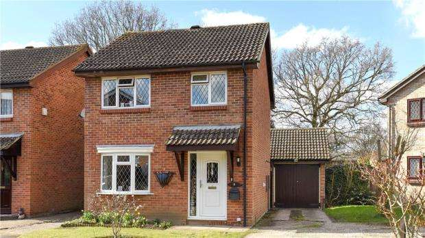 3 Bedrooms Link Detached House for sale in Blackcap Place, College Town, Sandhurst