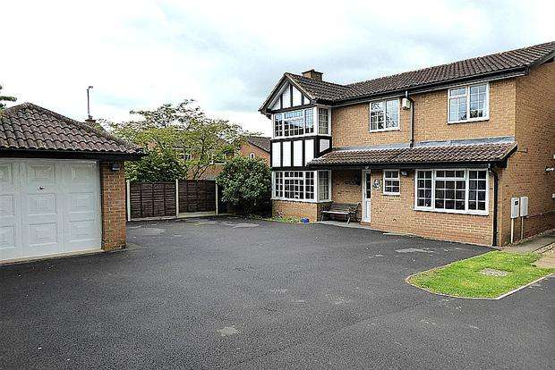 4 Bedrooms Detached House for sale in Buckingham Close, East Hunsbury, Northampton, NN4