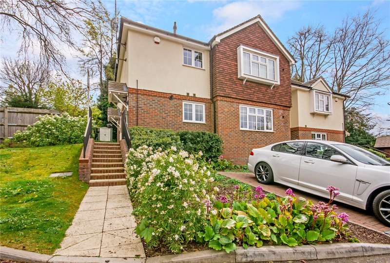 2 Bedrooms Flat for sale in Loxford Close, Caterham, Surrey, CR3