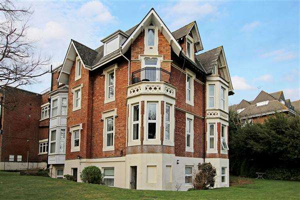 3 Bedrooms Flat for rent in Staunton House, Exeter Park Road, Bournemouth