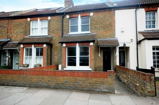 2 Bedrooms Terraced House for sale in Wellington Road, Hampton Hill