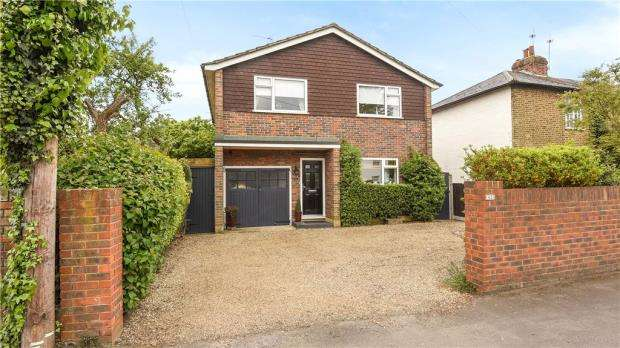 3 Bedrooms Detached House for sale in Bridge Road, Chertsey, Surrey