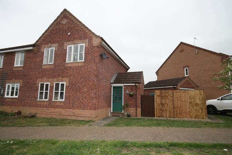 3 Bedrooms Semi Detached House for sale in Honeysuckle Way, Attleborough