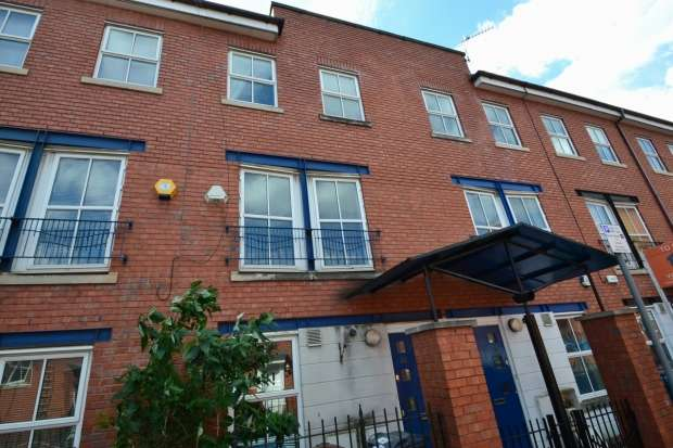 4 Bedrooms Terraced House for rent in Rook Street Hulme, M15 5ps Manchester