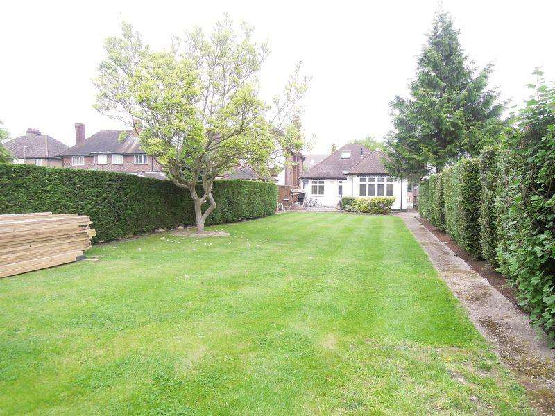 3 Bedrooms Bungalow for sale in Langley Road, Langley.