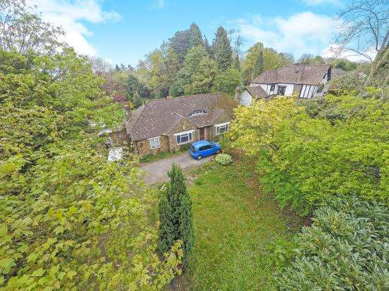 3 Bedrooms Bungalow for sale in Chipstead, Coulsdon, Surrey