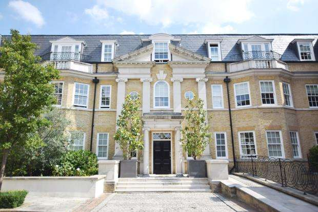 2 Bedrooms Flat for sale in Princess Square, Esher