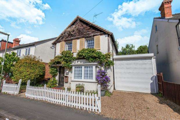 3 Bedrooms Detached House for sale in West Byfleet, Surrey