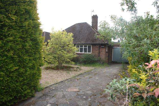 2 Bedrooms Bungalow for sale in Woking, Surrey