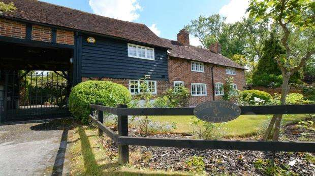 4 Bedrooms Detached House for sale in Denham Lane, Chalfont St Peter, Gerrards Cross