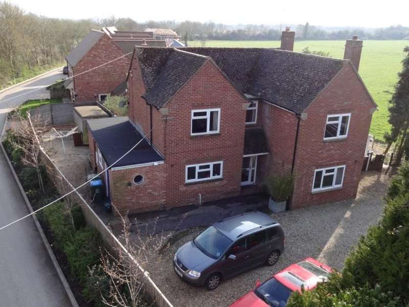4 Bedrooms Detached House for sale in Oxford Road, Oakley, Aylesbury, HP18