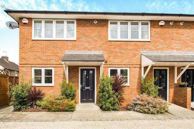 2 Bedrooms End Of Terrace House for sale in Heathfield Road, Hersham, Surrey