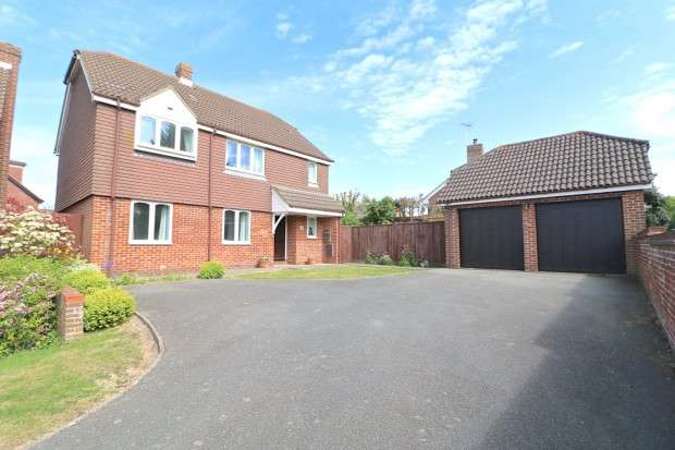 4 Bedrooms Detached House for sale in Cleveland Close, Eastbourne, BN23