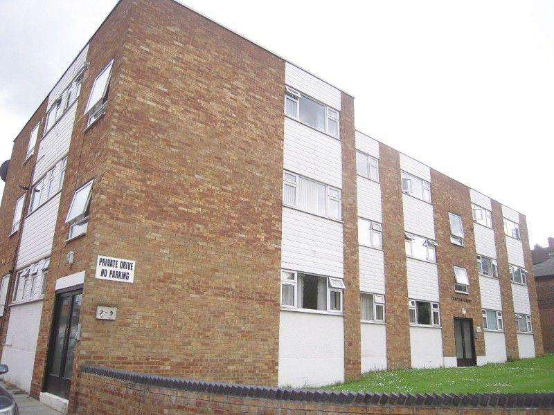 2 Bedrooms Flat for sale in Clifton Court, Snakes Lane Court, Woodford Green, Essex. IG8 0DB