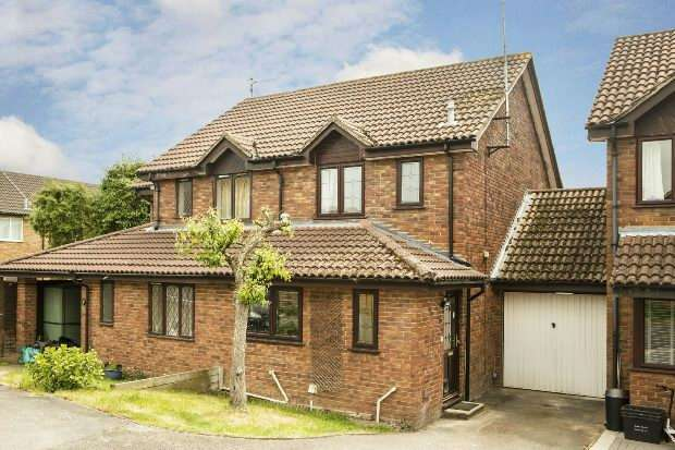 2 Bedrooms Semi Detached House for sale in St Clements Close, Lower Earley, Reading,