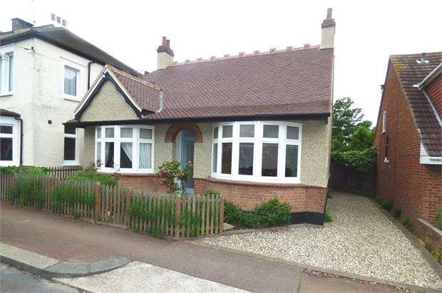 3 Bedrooms Detached Bungalow for sale in Lord Roberts Avenue, Leigh on sea, SS9 1ND