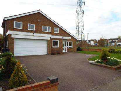 4 Bedrooms Detached House for sale in Wentworth Drive, Bedford, Bedfordshire