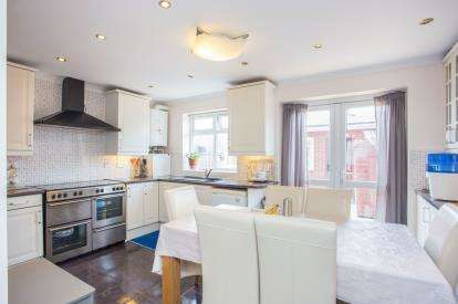 3 Bedrooms Terraced House for sale in Rhyl Road, Perivale, Greenford