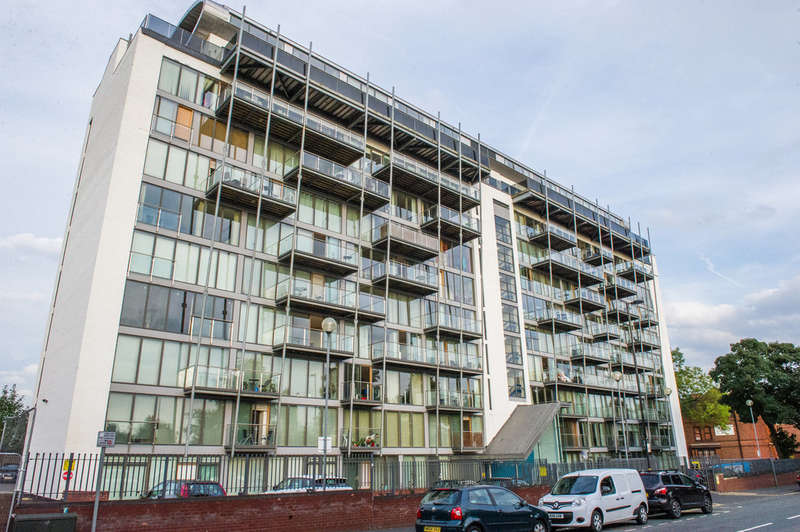 2 Bedrooms Apartment Flat for sale in Warwickgate House, Warwick Road, Old Trafford, Manchester, M16 0RZ