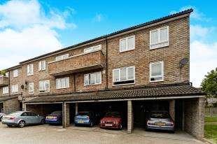 3 Bedrooms Maisonette Flat for sale in Douglas Close, Wallington