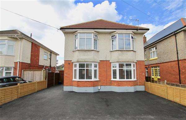 3 Bedrooms Flat for sale in Chigwell Road, Bournemouth