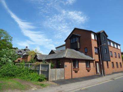 2 Bedrooms Flat for sale in Lawnsmead Gardens, Newport Pagnell, Milton Keynes, Bucks