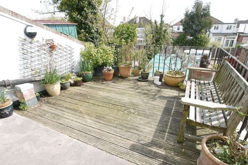 3 Bedrooms Flat for sale in Bramley Road, Oakwood