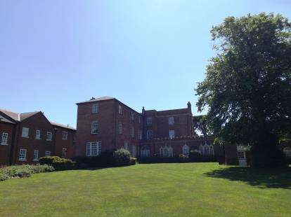 2 Bedrooms Flat for sale in Broom Hall, High Street, Broom, Biggleswade