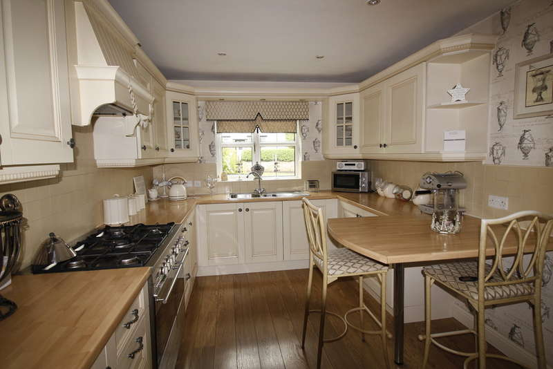 4 Bedrooms Detached House for sale in Estcourt Road, Darrington