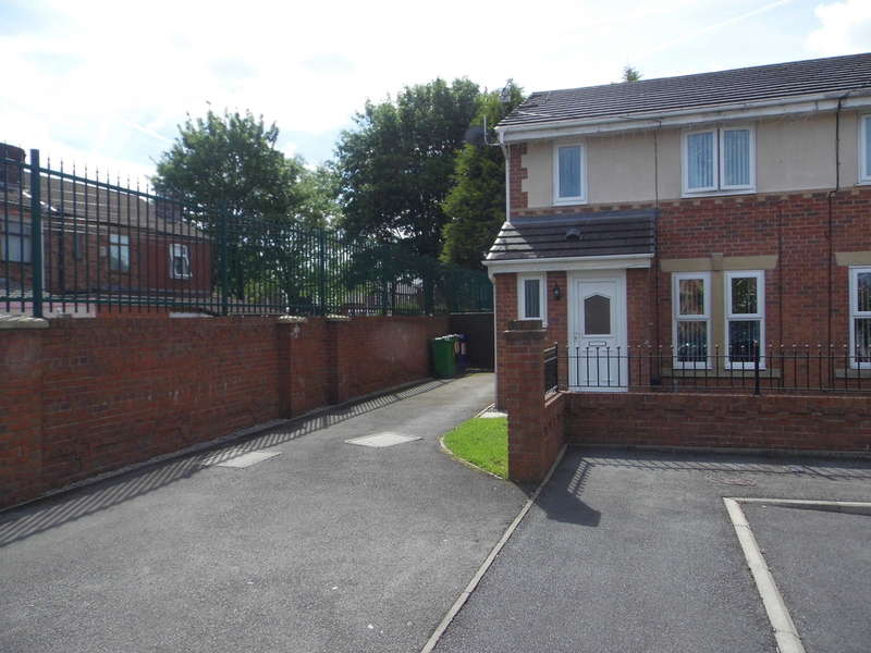 3 Bedrooms Semi Detached House for sale in Dalesman Close, Moston, M9
